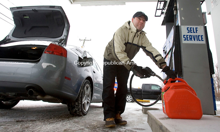 MIDDLEBURY CT. 02 December 2014-010214SV04-Chris Sankey of Middlebury topped off his car and filled gas cans for his snow blower on Middlebury Road in Middlebury Thursday.<br /> Steven Valenti Republican-American