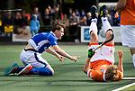 UTRECHT - Ties Ceulemans (Kampong) brengt , zwaar gehinderd door Jasper Brinkman (Bldaal), de stand 0- 1-0. tijdens de hockey hoofdklasse competitiewedstrijd heren:  Kampong-Bloemendaal (3-3). COPYRIGHT KOEN SUYK