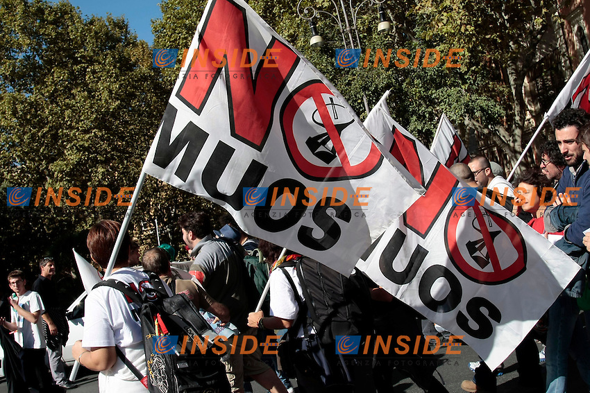 Bandiere No Muos<br /> Roma 18-10-2013 Manifestazione dei sindacati di base USB e COBAS in occasione dello sciopero nazionale dei lavoratori.<br /> Strike and demonstration of the Left Trade Unions<br /> Photo Samantha Zucchi Insidefoto