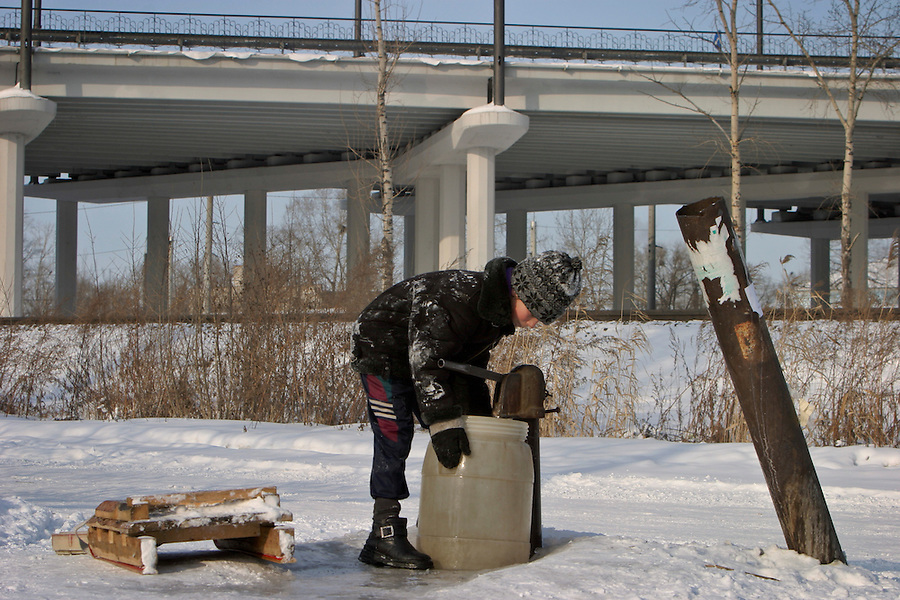 Khabarovsk, Russia, 01/03/2004.&amp;#xD;Collecting drinking water from a well in an old part of the city near the centre.&amp;#xD;<br />