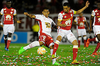 BUENOS AIRES - ARGENTINA - 02-12-2015: Ramon Abila (Izq.) jugador de Huracan de Argentina de disputa el balon con Yulian Anchico (Der.) jugador de Independiente Santa Fe de Colombia durante partido de ida por la Final, de la Copa Suramericana entre Huracan de Argentina y el Independiente Santa Fe de Colombia en el estadio Tomas A Duco, de la ciudad de Buenos Aires.  / Ramon Abila (L) player of Huracan of Argentina vies for the ball with Yulian Anchico (R) player of Independiente Santa Fe of Colombia during a match for the first leg for the final, between Huracan of Argentina and Independiente Santa Fe of Colombia for the Copa Suramericana in the Tomas A Duco stadium, in Buenos Aires city. Photo: Jorge Baravalle / Photogamma / VizzorImage.