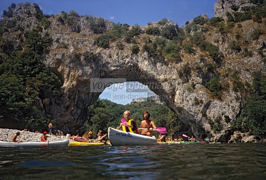 Europe/France/Rhone-Alpes/07/Ardéche /Gorges de l'Ardéche/ Vallon-Pont-d'Arc: Le Pont d'Arc, Randonnée en cano