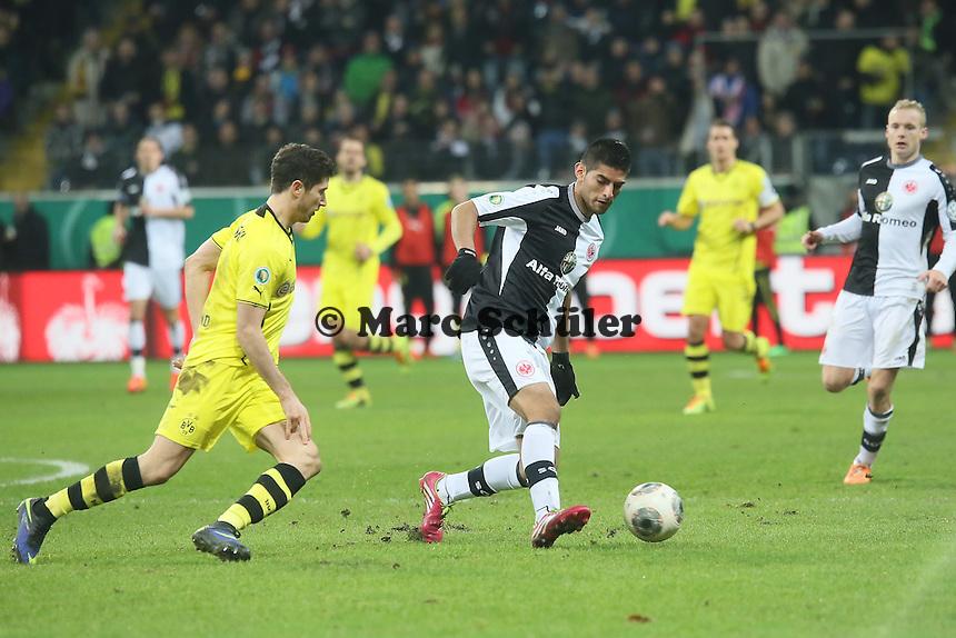 Carlos Zambrano (Eintracht) gegen Robert Lewandowski (BVB) -  Eintracht Frankfurt vs. Borussia Dortmund, DFB-Pokal Viertelfinale