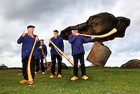 Midwinterhoornbloasgroep Dals'n . Midwinterhoornblazen bij de Zwevende Steen in Dalfsen. Traditie in het Oosten van Nederland. Men blaast op de Midwinterhoorn van de Eerste zondag van Advent tot Driekoningen