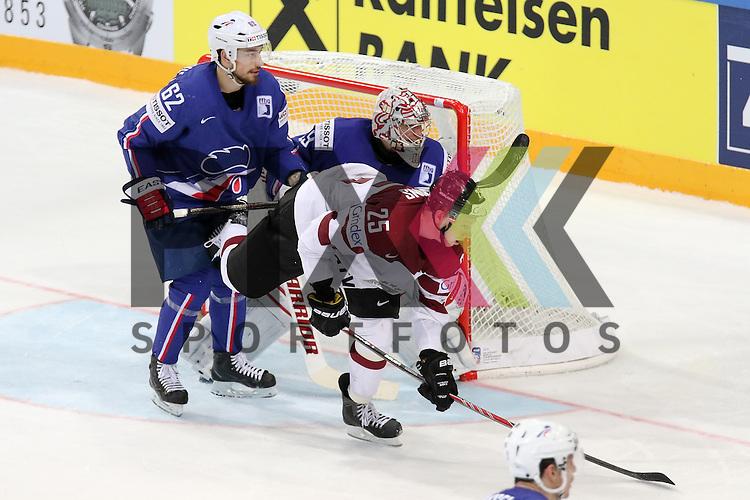 Lativa Dzernis, Andris (Nr.25) st&ouml;rt am Tor gegen Frankreichs Chakiachvili, Florian (Nr.62)  im Spiel IIHF WC15 France vs. Lativa.<br /> <br /> Foto &copy; P-I-X.org *** Foto ist honorarpflichtig! *** Auf Anfrage in hoeherer Qualitaet/Aufloesung. Belegexemplar erbeten. Veroeffentlichung ausschliesslich fuer journalistisch-publizistische Zwecke. For editorial use only.