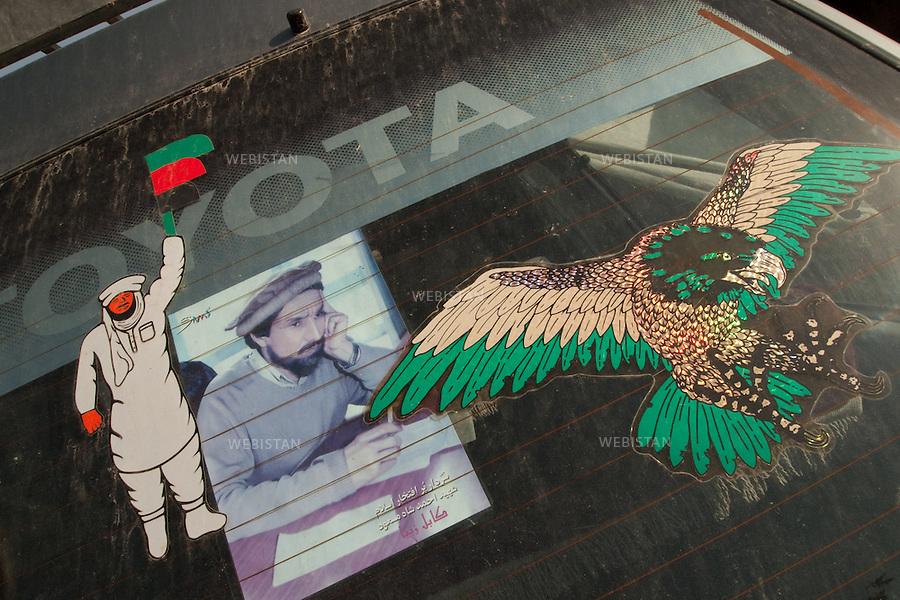 AFGHANISTAN - 9 aout 2009 : Pare-brise arriere d'une voiture sur lequel est collee une photographie du Commandant Ahmad Shah Massoud. ..AFGHANISTAN- August 9th, 2009 : Rear car window onto which a photograph of Commander Ahmad Shah Massoud is glued.
