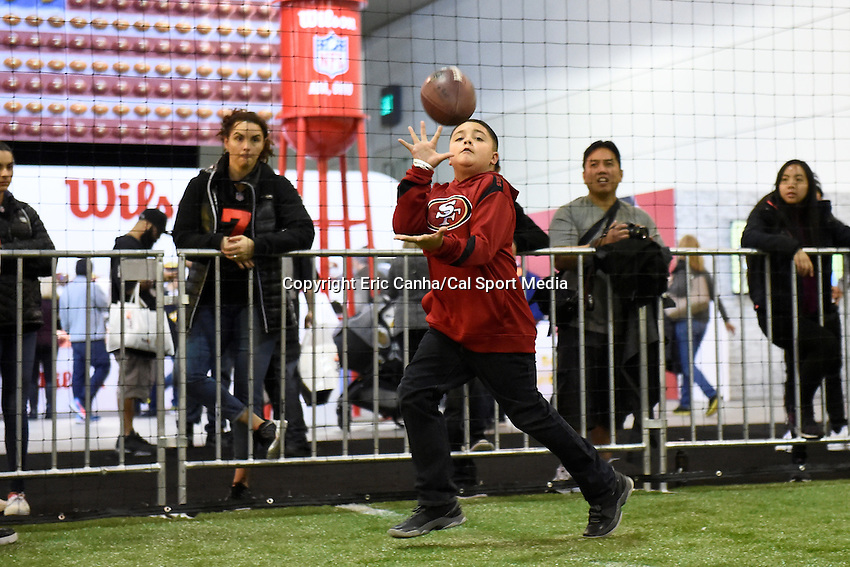 Sunday, January 31, 2016: A fan runs to make a catch at the NFL Experience during the week long NFL Super Bowl 50 celebration in San Francisco, California. Eric Canha/CSM