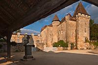 Europe/France/Aquitaine/24/Dordogne/ Saint-Jean-de-Côle: Le Château de la Marthonye ou de la Marthonie, XIVe siècle, XVe siècle, XVIe siècle et XVIIIe siècle, classé monument historique vu depuis la halle -Plus Beaux Villages de France