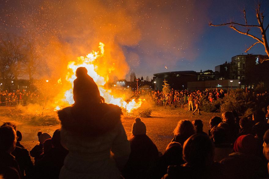 Nederland, Amsterdam, 4 jan 2015<br /> Kerstboomverbranding op het museumplein.<br /> Op het museumplein werden vandaag kerstbomen verbrand. Er waren vele tientallen kerstbomen gebracht, van heinde en verre zag je gezinnen met kinderen en hun oude kerstboom naar het museumplein komen. Even na 4 uur ging het vuur er in. Een mooi spectakel om de kerstbomentijd mee af te sluiten<br />  Foto: (c) Michiel Wijnbergh