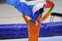 SCHAATSEN: HEERENVEEN: IJsstadion Thialf, 13-01-2013, Seizoen 2012-2013, Essent ISU EK allround, Europees kampioen 2013, Ireen Wüst (NED) met de Nederlandse vlag, ©foto Martin de Jong