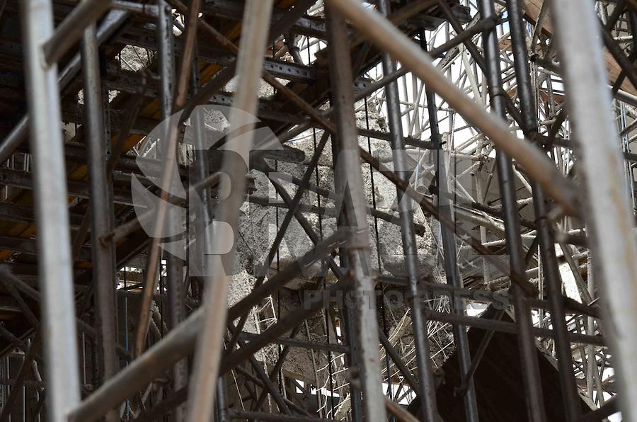 SÃO PAULO, SP, 13 DE JANEIRO DE 2012 - RESCALDO PRÉDIO ZONA NORTE -  Construção de cinco andares que desmoronou em sua parte mais alta na tarde de ontem na Avenida General Penha Brasil, altura do do número 2555, na região norte da capital, na manhã desta sexta-feira,13 Segundo trabalhadores do local, 5 pessoas foram atingidas quando o parte do prédio desabou. FOTO: ALEXANDRE MOREIRA - NEWS FREE