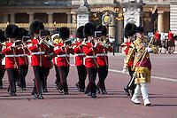 United Kingdom, London: Trooping the Colour, Band of the Scots Guards marching past Buckingham Palace | Grossbritannien, England, London: Trooping the Colour, alljaehrliche Militaerparade am zweiten Samstag im Juni zu Ehren des Geburtstages der britischen Koenige und Königinnen, schottische Militaerkapelle marschiert vor dem Buckingham Palast