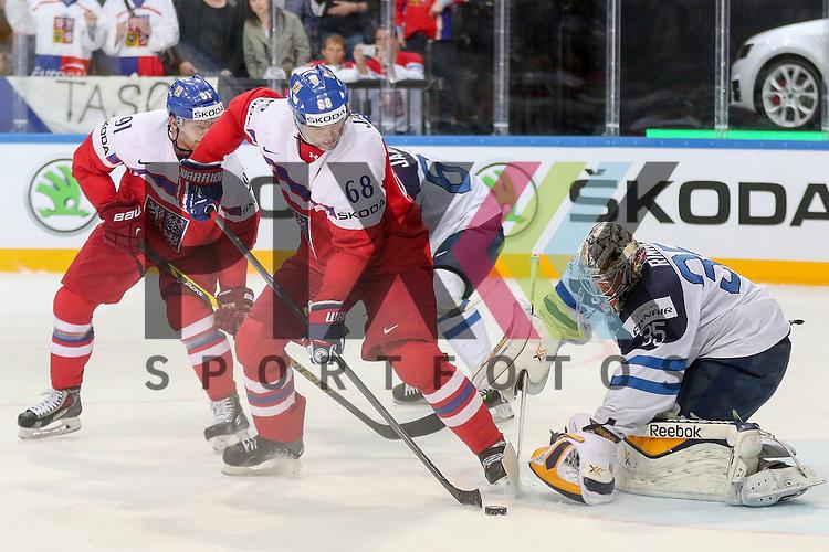 Tschechiens Jagr, Jaromir (Nr.68)(Florida Panthers) nutzt den Abpraller und macht das Tor gegen Finnlands Rinne, Pekka (Nr.35)(Nashville Predators)  im Spiel IIHF WC15 Czech Republic vs. Finland.<br /> <br /> Foto &copy; P-I-X.org *** Foto ist honorarpflichtig! *** Auf Anfrage in hoeherer Qualitaet/Aufloesung. Belegexemplar erbeten. Veroeffentlichung ausschliesslich fuer journalistisch-publizistische Zwecke. For editorial use only.