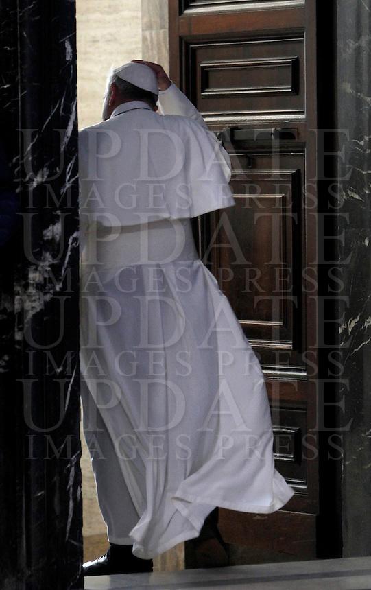 Papa Francesco al termine di una messa in suffragio dei cardinali e vescovi defunti nel corso dell&rsquo;anno, nella Basilica di San Pietro, Citta' del Vaticano, 4 novembre 2013.<br /> Pope Francis leaves after celebrating a mass to commemorate bishops and cardinals deceased during the last year, in St. Peter's Basilica, Vatican, 4 November 2013. <br /> UPDATE IMAGES PRESS/Isabella Bonotto<br /> STRICTLY ONLY FOR EDITORIAL USE