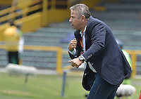BOGOTÁ -COLOMBIA, 17-04-2016. Guillermo Berrio técnico de Pasto gesticula durante partido entre Independiente Santa Fe y Deportivo Pasto por la fecha 13 de la Liga Aguila I 2016 jugado en el estadio Nemesio Camacho El Campin de la ciudad de Bogota.  / Guillermo Berrio coach of Pasto gestures during match between Independiente Santa Fe and Deportivo Pasto for date 13 of the Liga Aguila I 2016 played at the Nemesio Camacho El Campin Stadium in Bogota city. Photo: VizzorImage/ Gabriel Aponte / Staff