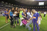 BELO HORIZONTE, MG, 01.12.2013 &ndash; CAMPEONATO BRASILEIRO 2013 &ndash; CRUZEIRO X BAHIA Esposas do Jogadores do Cruzeiro comemorando o titulo de campe&atilde;o Brasileiro 2013  partida durante jogo valido<br /> 37 &ordf; rodada Campeonato Brasileiro 2013, no est&aacute;dio Miner&atilde;o, na tarde deste Domingo (01) (Foto: Marcos Fialho / Brazil Photo Press)
