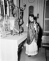Messe  catholique<br /> des peres blanc, a Cap Rouge<br />  Septembre 1952 - le pretre fait dos a la foule<br /> <br /> PHOTO :  Agence Quebec Presse