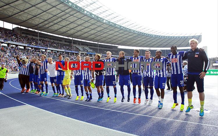 10.08.2013, OLympiastadion, Berlin, GER, 1.FBL, Hertha BSC vs Eintracht Frankfurt, im Bild Herthapieler jubeln<br /> <br />               <br /> Foto &copy; nph /  Schulz