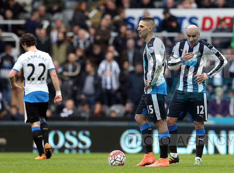 Newcastle United's captain Jonjo Shelvey, right, stands dejected as Sunderland's Jermain Defoe celebrates his goal during the Barclays Premier League match at St James' Park Stadium. Photo credit should read: Scott Heppell/Sportimage