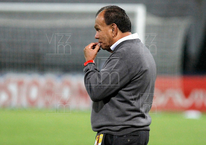MANIZALES - COLOMBIA, 16-08-2015: Jorge Luis Bernal técnico del Jaguares FC  gesticula durante partido contra Once Caldas por la fecha 6 de la Liga Águila II 2015 jugado en el estadio Palogrande de la ciudad de Manizales./ Jorge Luis Bernal coach of Jaguares FC gestures during match against Once Caldas valid for the 6th date of the Aguila League II 2015 played at Palogrande stadium in Manizales city. Photo: VizzorImage / Santiago Osorio /