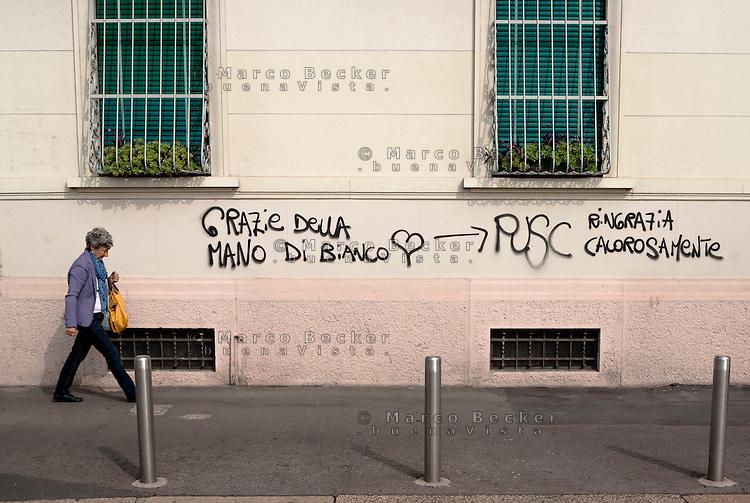 """Milano, la scritta a scherno sul muro di una casa appena verniciato: """"grazie della mano di bianco"""" --- Milan, the mockery writing on the wall of a house just painted: """"Thank you for the coat of white ... pusc warmly thanks"""""""