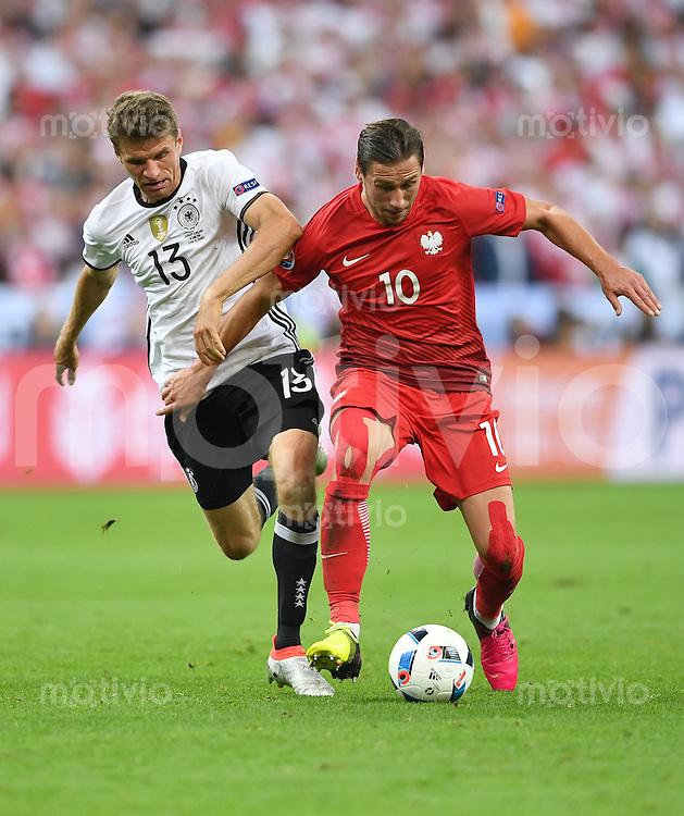 FUSSBALL EURO 2016 GRUPPE C IN PARIS Deutschland - Polen    16.06.2016 Thomas Mueller (li, Deutschland) gegen Grzegorz Krychowiak (re, Polen)