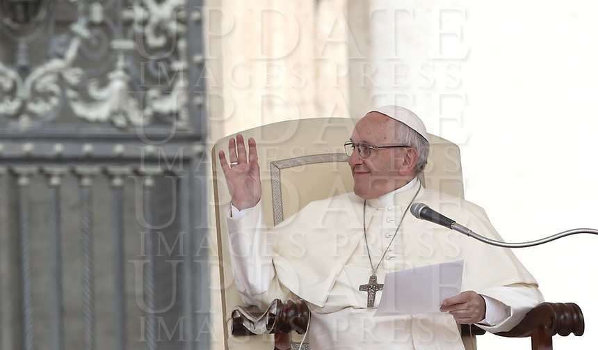 Papa Francesco tiene l'udienza generale del mercoledi' in Piazza San Pietro, Citta' del Vaticano, 6 giugno, 2018.<br /> Pope Francis leads his weekly general audience in St. Peter's Square at the Vatican, on June 6, 2018.<br /> UPDATE IMAGES PRESS/Isabella Bonotto<br /> <br /> STRICTLY ONLY FOR EDITORIAL USE