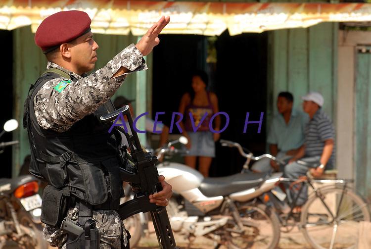 Policiais da força nacional de segurança e polícia federal  fecham a rodovia Pa 150 por alguns minutos e entram na serraria DK para iniciar a operação arco de fogo com fiscais do Ibama. Tailândia Pará BrasilFoto Paulo Santos26 02 2008