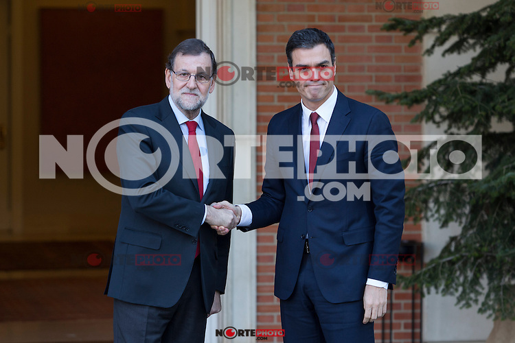 Spain's Prime Minister Mariano Rajoy, left, shakes hands with main Socialist opposition leader Pedro Sanchez before a meeting at the Moncloa Palace in Madrid, Spain. December 23, 2015. (ALTERPHOTOS/Victor Blanco)