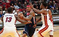 Bradley Beal (G, Washington Wizards, #3) gegen Bam Adebayo (C/F Miami Heat, #13) und Jimmy Butler (G/F Miami Heat, #22) - 22.01.2020: Miami Heat vs. Washington Wizards, American Airlines Arena