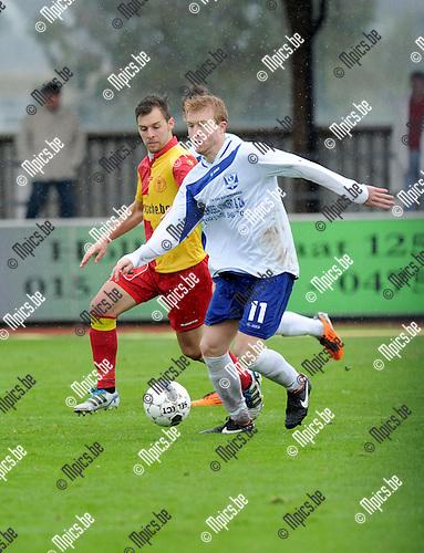 2013-10-13 / Voetbal / seizoen 2013-2014 / KFC Duffel - KSK Halle / Lorenzo Vander Gucht (Halle) met Ken Vets in de rug<br /><br />Foto: Mpics.be