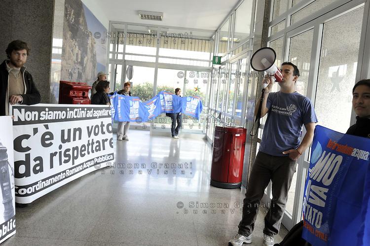 Roma, 22 Marzo 2012.Giornata mondiale per l'acqua.Ministero per l'Ambiente.Il coordinamento romano per l'acqua pubblica ha occupato l'atrio del Miinistero per l'Ambiente chiedendo un incontro con Clini e il rispetto dell'esito referendario