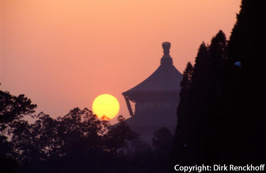 Sonnenuntergang hinter Halle des Ernteopfers, Himmelstempel (Tian Tan, Himmelsaltar), Peking, China, Unesco-Weltkulturerbe