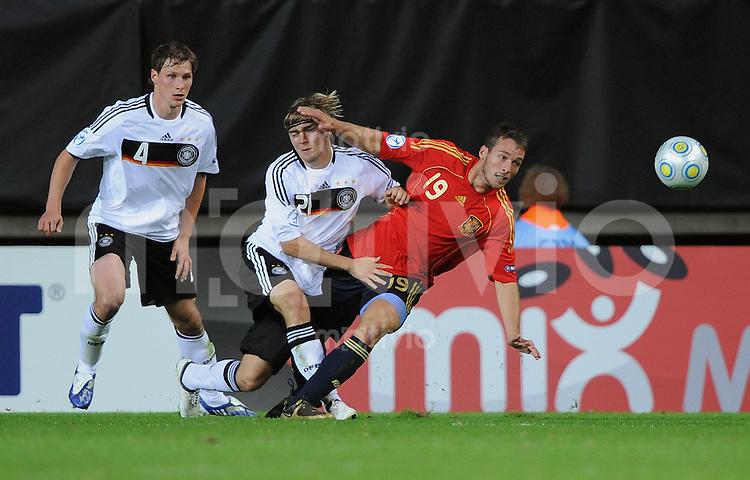 Fussball  International U 21 Europameisterschaft 2009 Spanien - Deutschland Marcel Schmelzer  (Mitte, GER) gegen Xisco (re, ESP) und Benedikt Hoewedes (li, GER)