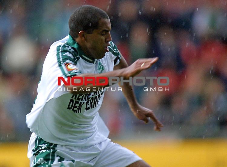 Fuflball-Bundesliga - SV Werder Bremen - 1. FC Koeln (1:1).<br /> Bremens Torschuetze zum 1:1-Ausgleich, Ailton, im Regen.<br />  <br /> [Foto &prod; nordphoto -  Foto ist honorarpflichtig!  7 % MwSt. Belegexemplar erforderlich - (Dig.Fotografie)<br /> Georg-Reinke-Strasse 1; 49377 Vechta