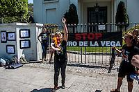 SÃO PAULO, SP, 15/09/214 - PROTESTO/ TOURADA/ EMBAIXADA DA ESPANHA - Manifestantes protestam, na manhã desta segunda-feira (15), em frente a embaixada da Espanha, em São Paulo, contra a matança de touro nas touradas. (Foto: Taba Benedicto/ Brazil Photo Press)