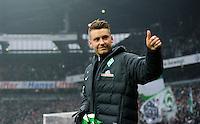 FUSSBALL   1. BUNDESLIGA   SAISON 2012/2013    22. SPIELTAG SV Werder Bremen - SC Freiburg                                16.02.2013 Tom Trybull (SV Werder Bremen) auf dem Weg zur Ersatzbank