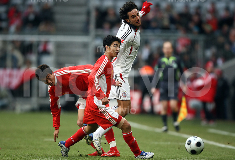 FUSSBALL   INTERNATIONAL      TESTSPIEL                SAISON 2007/2008            FC Bayern Muenchen - Olympiaauswahl China                   02.12.2007 Luca TONI (rechts, Muenchen) im Zweikampf mit Wang Son TAN (Mitte) und Lin DAI (links, beide China).