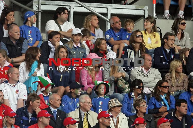 FIFA WM 2006 -  Gruppe E Vorrunde ( Group E )<br /> Play   #41 (22-Jun) - Tschechien - Italien 0:2<br /> <br /> Die Spielerfrauen der ital. Mannschaft - in der MItte die Freundin von Keeper Buffon<br /> <br /> Foto &copy; nordphoto