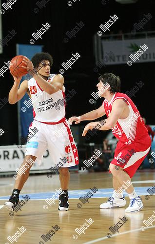 2010-04-17 / Seizoen 2009-2010 / Basketball / Antwerp Giants - Base BC Oostende / Jean-Marc Mwema van de Giants passt voorbij Veselin Petrovic van Oostende..Foto: mpics
