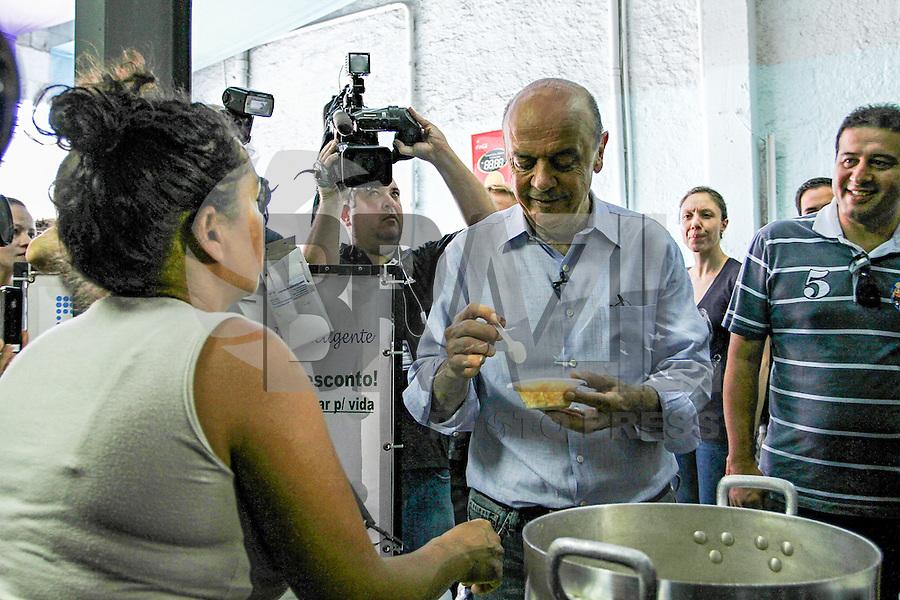 ATENÇÃO EDITOR: FOTO EMBARGADA PARA VEÍCULOS INTERNACIONAIS. SAO PAULO, SP, 21 DE OUTUBRO DE 2012.  ELEIÇAO 2012 SAO PAULO - 2 TURNO -JOSE SERRA.  O candidato do PSDB a prefeitura de Sao Paulo, Jose Serra, durante oa assembléia mensal do Movimento Universitario na manhã deste domingo,na Lapa, zona oeste da capital paulista. FOTO ADRIANA SPACA - BRAZIL PHOTO PRESS