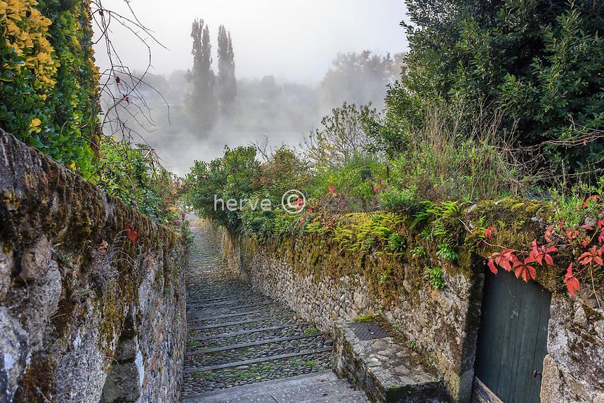 France, Correze, Dordogne valley, Argentat, Ruelle Sainte Claire which get down to Dordogne river // France, Corrèze (19), vallée de la Dordogne, Argentat, ruelle Sainte Claire qui descend vers la Dordogne