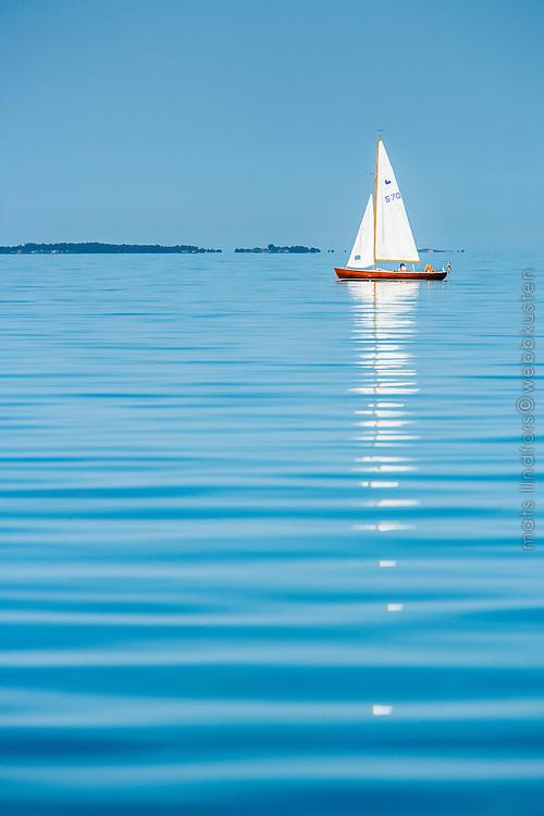 Segling med segelbåt på fjärd i utskärgården i Stockholms skärgård. / Stockholms archipelago Sweden.