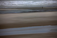 EuEurope/France/Picardie/80/Somme/Baie de Somme/ Le Crotoy: Promeneurs sur la Grève en baie de Somme
