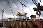 ALMERE - Naast het centraal station van Almere zijn Te Pas Bouw en Bouwbedrijf Wessels Rijssen druk bezig met de opbouw van de kantoortorens Carlton en Martinez. Deze 120 meter hoge Carltontoren en de 78 meter hoge Martineztoren (buiten beeld)zijn onderdeel van het ambitieuze bouwproject L'Hermitage waarbij een derde, 85 meter hoge kantoortoren en twee grote parkeergarages (onderaan is de bouwput zichtbaar) gepland zijn. In opdracht van projectontwikkelaar Eurocommerce in samenwerking met de gemeente moet Almere in 2010 90.000 vierkante meter kantoorruimte verrijzen naast het station. COPYRIGHT TON BORSBOOM..