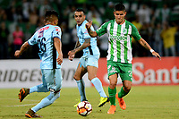 MEDELLIN - COLOMBIA, 24-04-2018: Jorman Campuzano (Der.) jugador de Atlético Nacional, disputa el balón con Erwin Saavedra (Izq.) jugador de Bolívar, durante partido de la de la fase de grupos, grupo B, fecha 4, entre Atlético Nacional (COL) y Bolívar (BOL), por la Copa Conmebol Libertadores 2018, en el Estadio Atanasio Girardot, de la ciudad de Medellín. / Jorman Campuzano (R) player of Atletico Nacional, vies for the ball with Erwin Saavedra (L) of Bolivar, during a match for the group stage, group B of the 4th date, between Atletico Nacional (COL) and Bolivar (BOL), for the Conmebol Libertadores Cup 2018, at the Atanasio Girardot, Stadium, in Medellin city. Photo: VizzorImage / Leon Monsalve / Cont.