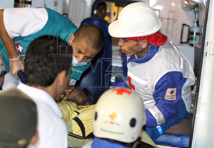 PASTO - COLOMBIA - 30-06-2013. Jugador del Itagüi saliendo en ambulancia durante el partido en el estadio Libertad de la ciudad de Pasto, junio 30 de 2013. Deportivo Pasto y Itagüi Ditaires durante partido por la cuarta fecha de las semifinales de la Liga Postobon I. (Foto: VizzorImage / Leonardo castro / Str).  The Player of Itagüi coming out in ambulance during a game in the Libertad Stadium in Pasto city, June 30, 2013. Deportivo Pasto y Itagüi Ditaires in a match for the fourth round of the semifinalsof the Postobon I League. (Photo: VizzorImage / Leonardo Castro / Str).