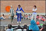 """""""Coloriamo le differenze"""", inaugurazione del murale dipinto dai bambini nel cortile della scuola Deledda di via Ternengo, con la collaborazione del Museo di Arte Contemporanea del Castello di Rivoli. Nadia Conticelli e Celestina Cielo. Giugno 2013"""