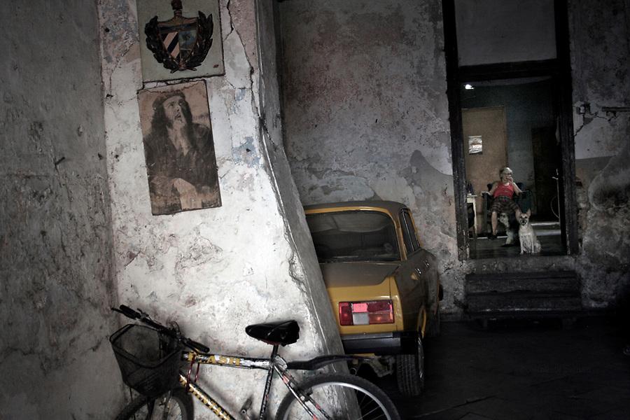 Havana (Cuba). September 2006..La Habana Vieja. House with Ernesto Che Guevara's portrait..