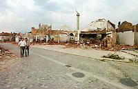 Im Zuge der Vertreibung der kosovo-albanischen Bevoelkerung aus Gjakova, serbisch Djakovice, wurde fast die gesamte Altstadt von serbischer Armee und Sondertruppen, mit Unterstuetzung russischer Soldaten, niedergebrannt.<br /> Hier: Niedergebrannte Haeuser in der Altstadt.<br /> Gjakova (Djakovice)/Jugoslawien, 1.8.1999<br /> Copyright: Christian-Ditsch.de<br /> [Inhaltsveraendernde Manipulation des Fotos nur nach ausdruecklicher Genehmigung des Fotografen. Vereinbarungen ueber Abtretung von Persoenlichkeitsrechten/Model Release der abgebildeten Person/Personen liegen nicht vor. NO MODEL RELEASE! Don't publish without copyright Christian-Ditsch.de, Veroeffentlichung nur mit Fotografennennung, sowie gegen Honorar, MwSt. und Beleg. Konto: I N G - D i B a, IBAN DE58500105175400192269, BIC INGDDEFFXXX, Kontakt: post@christian-ditsch.de<br /> Urhebervermerk wird gemaess Paragraph 13 UHG verlangt.]